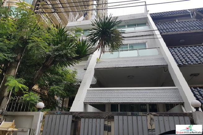 Family-Style Townhouse with Five Bedrooms in the Center of the City, Phrom Phong
