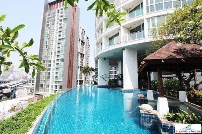 Large Two Bedroom on 30th Floor with Many Amenities in Phra Khanong