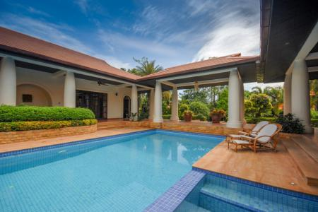 WHITE LOTUS 2 : IMMACULATE 5 BED POOL VILLA NEAR TOWN AND BEACHES