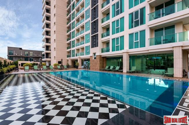 A beautiful primely situated 1 bedroom corner condo with a beautiful panoramic sea and city view in the very heart of Pattaya.