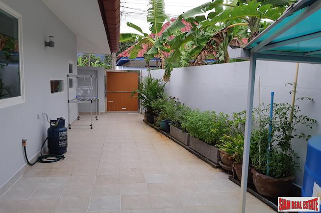 Large Three Bedroom House with 6