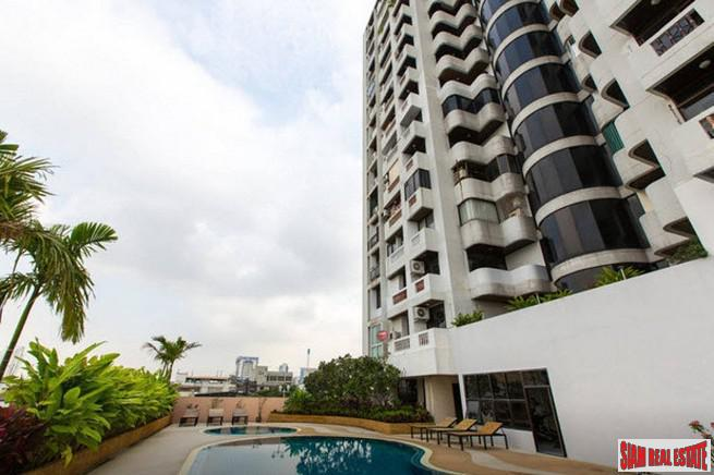 A Nice One Bedroom Corner Condo in Popular Thong Lo