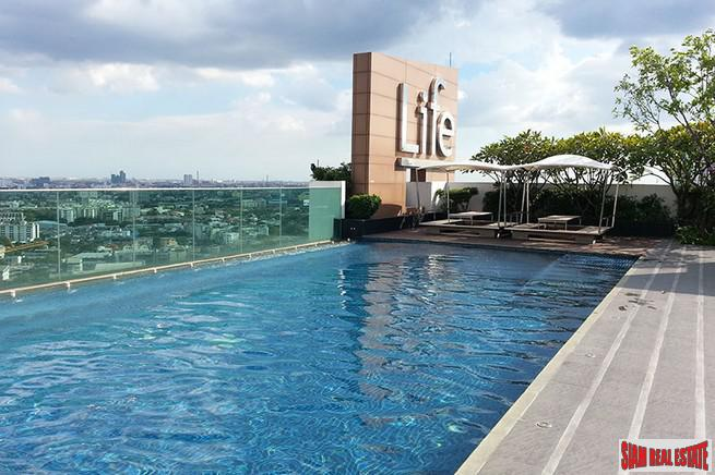 Furnished One Bed Condo Directly on Sukhumvit Located on High Floor with City Views close to BTS at Ekkamai/Phra Khanong