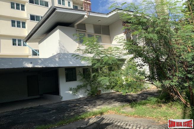 Two Bedroom Pet Friendly House for Rent with Nice Yard and Close to BTS Ekkamai