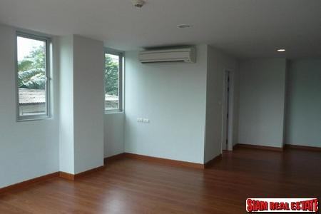 2 bedrooms, 2 bathrooms Condo for sale, corner unit at Soi Aree, very closed to BTS, Ari Station
