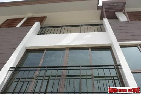 Contemporary townhouse 3 bedrooms, 4 bathrooms for rent closed to Bang Chak station.