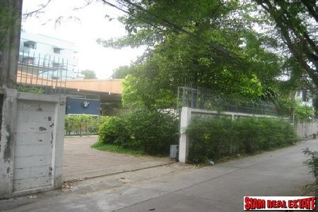 Plot of Land for sale on Pradiphat Road, located in between Ari and Saphan Khawai skytrain station