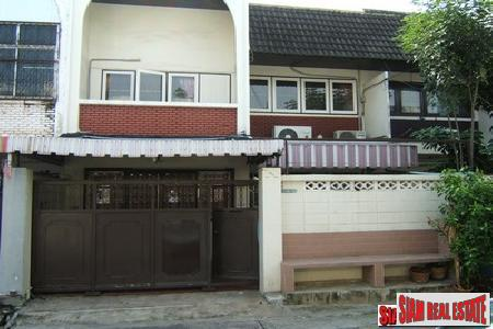 Traditional 3 bedrooms, 2 bathrooms townhouse for sale on the middle of Sukhumvit 71