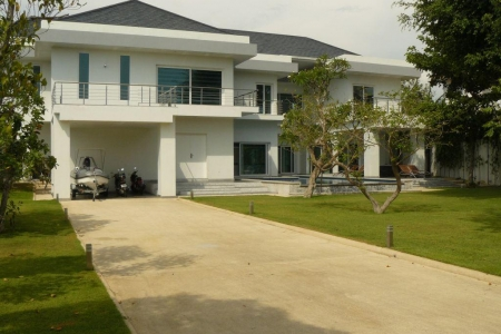 New, Spacious Four Bedroom Italian Style House in Jomtien